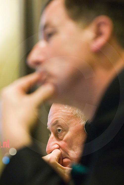 Graham Mackay (onder) van SABmiller en Ab Pasman (boven) van Koninklijke Grolsch .tijdens de persconferentie waarbij zij de overnameplannen van Grolsch door SABmillar toelichten. foto: Cees Elzenga