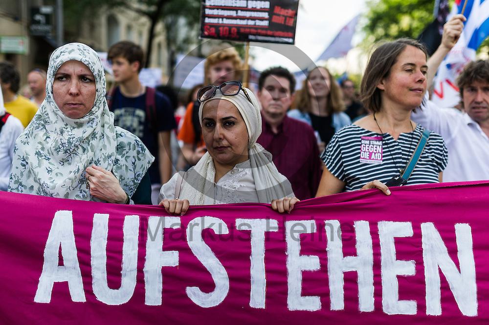 Eine Frau mit Kopftuch h&auml;lt w&auml;hrend der Demonstration gegen Rassismus und AfD am 03.09.2016 in Berlin, Deutschland ein Transparent. Mehrere Tausend Menschen demonstrierten gegen Rassismus und die pechpopulistische AfD. Foto: Markus Heine / heineimaging<br /> <br /> ------------------------------<br /> <br /> Ver&ouml;ffentlichung nur mit Fotografennennung, sowie gegen Honorar und Belegexemplar.<br /> <br /> Bankverbindung:<br /> IBAN: DE65660908000004437497<br /> BIC CODE: GENODE61BBB<br /> Badische Beamten Bank Karlsruhe<br /> <br /> USt-IdNr: DE291853306<br /> <br /> Please note:<br /> All rights reserved! Don't publish without copyright!<br /> <br /> Stand: 09.2016<br /> <br /> ------------------------------
