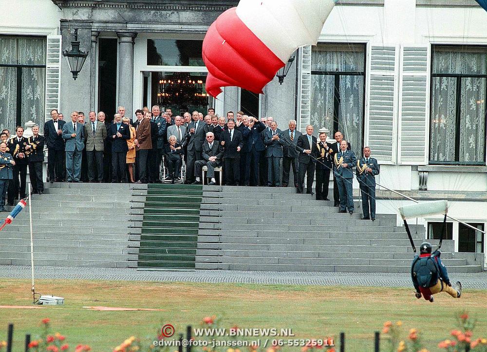 Verjaardag Prins Bernhard, parachutisten landen in de tuin van paleis Soestdijk