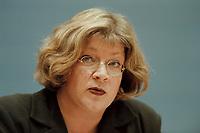 09 JAN 2001, BERLIN/GERMANY:<br /> Andrea Fischer, Bundesgesundheitsministerin a.D., gibt ihren Ruecktritt vom Amt der Bundesministerin vor der Bundespressekonferenz bekannt<br /> IMAGE: 20010109-01/01-19<br /> KEYWORDS: press conference, R&uuml;cktritt