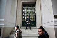 TUNISI. UN POLIZZIOTTO TUNISINO SORVEGLIA L'ENTRATA DI UNA BANCA CHIUSA PER EVITARE ATTI VANDALICI;