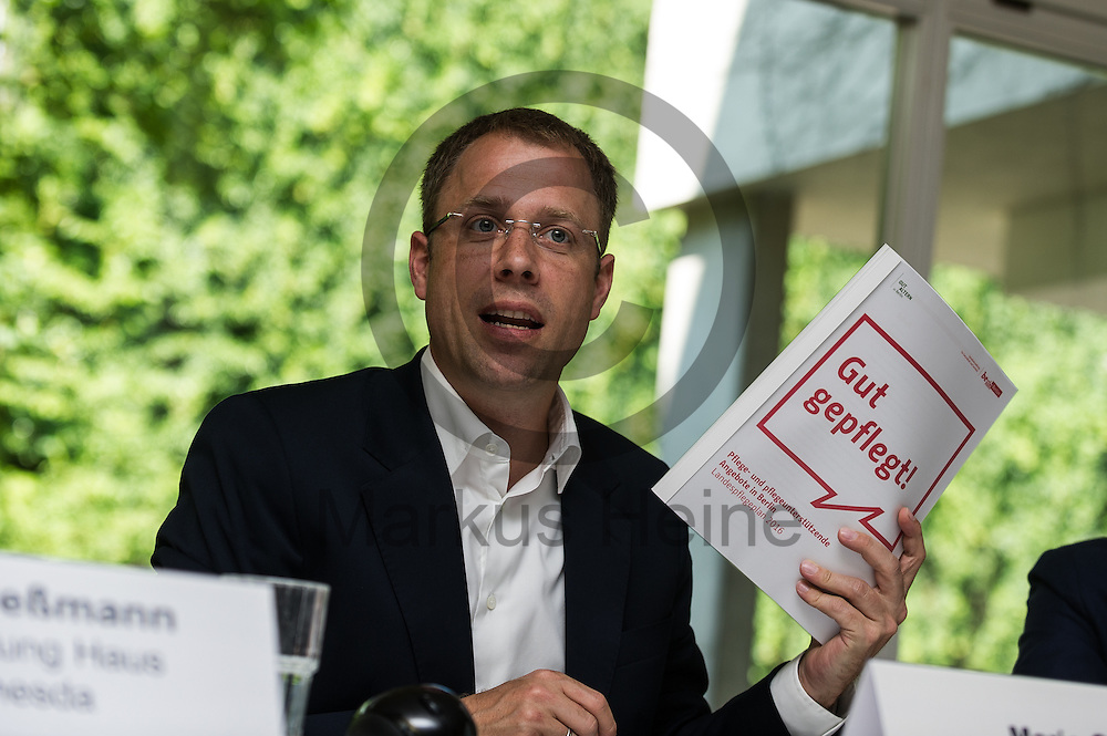 Der Senator f&uuml;r Gesundheit und Soziales Mario Czaja (CDU) h&auml;lt w&auml;hrend der Vorstellung des Landespflegeplan am 08.06.2016 in Berlin, Deutschland den Plan in der Hand. Der Landespflegeplan behandelt Themen der &auml;lter werdenden Stadt und Antworten auf die kommenden Herausforderungen. Foto: Markus Heine / heineimaging<br /> <br /> ------------------------------<br /> <br /> Ver&ouml;ffentlichung nur mit Fotografennennung, sowie gegen Honorar und Belegexemplar.<br /> <br /> Bankverbindung:<br /> IBAN: DE65660908000004437497<br /> BIC CODE: GENODE61BBB<br /> Badische Beamten Bank Karlsruhe<br /> <br /> USt-IdNr: DE291853306<br /> <br /> Please note:<br /> All rights reserved! Don't publish without copyright!<br /> <br /> Stand: 06.2016<br /> <br /> ------------------------------w&auml;hrend der Vorstellung des Landespflegeplan am 08.06.2016 in Berlin, Deutschland. Der Landespflegeplan behandelt Themen der &auml;lter werdenden Stadt und Antworten auf die kommenden Herausforderungen. Foto: Markus Heine / heineimaging<br /> <br /> ------------------------------<br /> <br /> Ver&ouml;ffentlichung nur mit Fotografennennung, sowie gegen Honorar und Belegexemplar.<br /> <br /> Bankverbindung:<br /> IBAN: DE65660908000004437497<br /> BIC CODE: GENODE61BBB<br /> Badische Beamten Bank Karlsruhe<br /> <br /> USt-IdNr: DE291853306<br /> <br /> Please note:<br /> All rights reserved! Don't publish without copyright!<br /> <br /> Stand: 06.2016<br /> <br /> ------------------------------