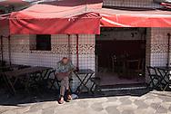 FEIRA DA KANTUTA - Bar na esquina da avenida Cruzeiro do Sul com a rua Pedro Vicente, localizado no caminho entre a estação Armênia do Metrô e a praça Kantuta, no bairro Canindé, em São Paulo. 19/06/2016