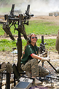 Die Maschinengewehr und Waffen Show in Knob Creek, Luisville, Kentucky, USA, ist die groesste seiner Art in Nordamerika. An drei Schiessstaenden werden Waffen aller Art abgefeuert, vor allem Schnellfeuergewehre. Auch Kinder duerfen hier das Schiessen mit dem Maschinengewehr ueben. Im Angebot ist auch ein Jungle Walk, auf welchem je ein Teilnehmer mit einer Uzi auf im Wald versteckte Metallscheiben schiesst..Bild: .Auf der grossen Schiessanlage werden alte Motorboote, Autos, Kuehlschranke, Computer etc  in Brand geschossen. Fuer die zahlreichen Regierungsgegner werden auch immer wieder gerne ausrangierte Wahlkabinen aufgestellt und mit Begeisterung zerschossen. Auch Frauen schiessen mit, allerdings ist das eher ein seltenes Bild...