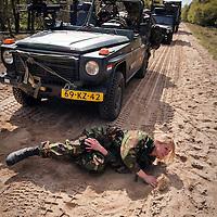 Nederland, Amersfoort, 21-04-2010  Militrairen van de Luchtmobiele brigade tijdens de oefening Redeployment Task Force Uruzgan .Gewonde vrouwelijke militair wordt behandeld en afgevoerd. FOTO: Gerard Til
