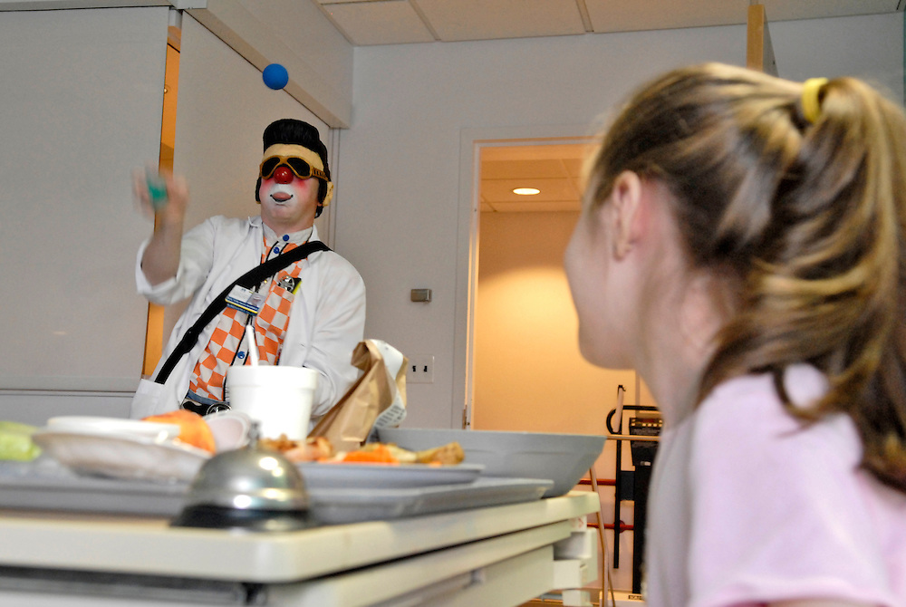 (staff photo by Matt Roth)..Greg May, a Columbia-based professional clown, entertains sick children at Johns Hopkins Hospital Wednesday July 19, 2006, as part of a program put on through the Big Apple Circus Clown Care program.