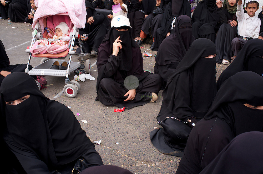 Turmoil in Yemen: ASIA, YEMEN, SANA, 20.06.2011: Young Yemeni women - many of them mothers - have been an active element of these protests, claiming more rights and freedom. For months, protesters of all colors have been staying in tents at Change Square, demanding the resignation of President Ali Abdullah Saleh and an end to his regime.