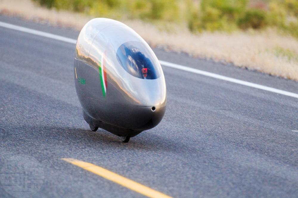 Andrea Gallo komt aan tijdens de eerste avondrun. In Battle Mountain (Nevada) wordt ieder jaar de World Human Powered Speed Challenge gehouden. Tijdens deze wedstrijd wordt geprobeerd zo hard mogelijk te fietsen op pure menskracht. Het huidige record staat sinds 2015 op naam van de Canadees Todd Reichert die 139,45 km/h reed. De deelnemers bestaan zowel uit teams van universiteiten als uit hobbyisten. Met de gestroomlijnde fietsen willen ze laten zien wat mogelijk is met menskracht. De speciale ligfietsen kunnen gezien worden als de Formule 1 van het fietsen. De kennis die wordt opgedaan wordt ook gebruikt om duurzaam vervoer verder te ontwikkelen.<br /> <br /> In Battle Mountain (Nevada) each year the World Human Powered Speed Challenge is held. During this race they try to ride on pure manpower as hard as possible. Since 2015 the Canadian Todd Reichert is record holder with a speed of 136,45 km/h. The participants consist of both teams from universities and from hobbyists. With the sleek bikes they want to show what is possible with human power. The special recumbent bicycles can be seen as the Formula 1 of the bicycle. The knowledge gained is also used to develop sustainable transport.