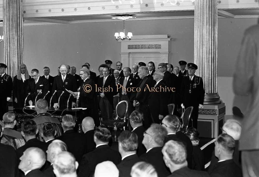 Inauguration of Eamon de Valera as President. De Valera takes the oath of office administered by the Chief Justice, Cearbhaill O'Dalaigh, An Taoiseach Se&aacute;n Lemass and members of the government.<br /> 25.06.1966
