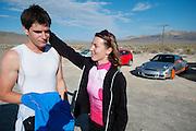Barbara Buatois steunt Jan Bos na zijn van op de zesde en laatste racedag van de WHPSC. In Battle Mountain (Nevada) wordt ieder jaar de World Human Powered Speed Challenge gehouden. Tijdens deze wedstrijd wordt geprobeerd zo hard mogelijk te fietsen op pure menskracht. Ze halen snelheden tot 133 km/h. De deelnemers bestaan zowel uit teams van universiteiten als uit hobbyisten. Met de gestroomlijnde fietsen willen ze laten zien wat mogelijk is met menskracht. De speciale ligfietsen kunnen gezien worden als de Formule 1 van het fietsen. De kennis die wordt opgedaan wordt ook gebruikt om duurzaam vervoer verder te ontwikkelen.<br /> <br /> Barbara Buatois is supporting Jan Bos after his crash on the sixth and last racing day of the WHPSC. In Battle Mountain (Nevada) each year the World Human Powered Speed Challenge is held. During this race they try to ride on pure manpower as hard as possible. Speeds up to 133 km/h are reached. The participants consist of both teams from universities and from hobbyists. With the sleek bikes they want to show what is possible with human power. The special recumbent bicycles can be seen as the Formula 1 of the bicycle. The knowledge gained is also used to develop sustainable transport.