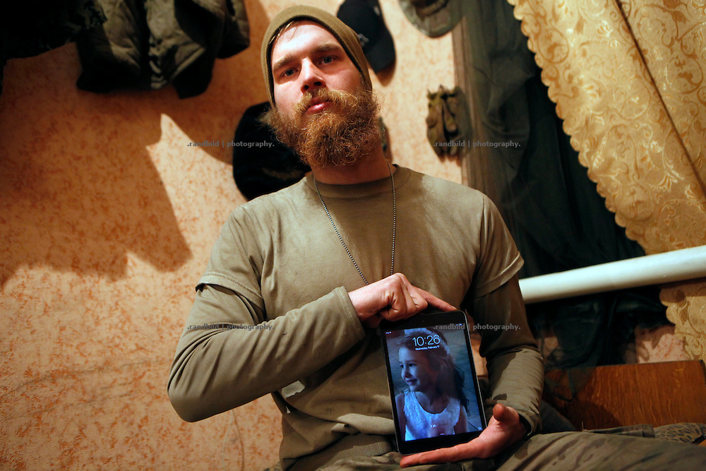Craig shows ths most important he keeps from his former life in the US: The image of his 5 years old daughter.<br />