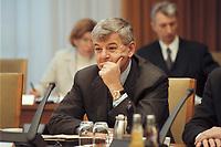 10 JAN 2001, BERLIN/GERMANY:<br /> Joschka Fischer, B90/Gruene, Bundesaussenminister, vor Beginn der Kabinettsitzung, Bundeskanzleramt<br /> IMAGE: 20010110-01/01-20<br /> KEYWORDS: Gerhard Schr&ouml;der, Kabinett, gespr&auml;ch