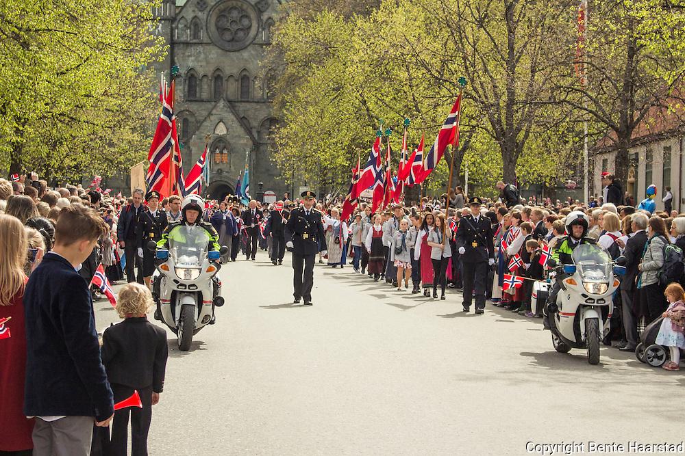 17. maitog i Munkegata i Trondheim. Nidarosdomen i bakgrunnen.
