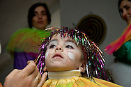 Children love a nice and colourful make-up matching their suits. Usually are the women (mothers, cousins and aunts) who prepare the children for the dance, searching on attics for old clothes and inspiration for original suits.