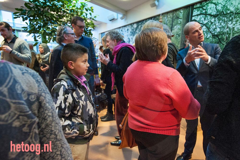 nederland, enschede, 26jan2014 Yassin Meziani wacht tot hij op de foto kan met Diederik Samsom na afloop van  het politiek cafe in het Stroinkshuis in Enschede . Samsom ging in debat met publiek en ex partijvoorzitster Marijke van Hees en hij ging op de foto met Yassin foto: Cees Elzenga- Hollandse Hoogte