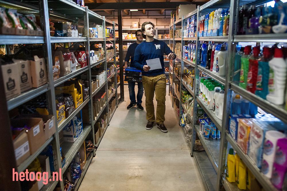 Nederland, enschede24 nov2014 De oprichters van het bedrijd 'Boodschappenboer' in hun magazijn en werkplaats in Enschede. vlnr Arend  en Thijs maken een bestelling klaar.