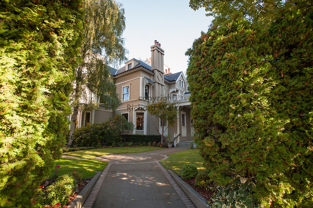 2016 October 11 - The University Club, in the former Stacy House at the corner of Boren and Madison on First Hill. One of the remaining handful of the grand houses that once characterized the neighborhood., Seattle, WA, USA. By Richard Walker