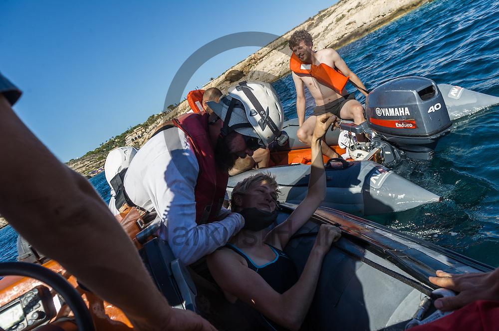 Die Besatzung des Fluechtlingsrettungsboot Sea-Watch 2 trainiert am 19.09.2016 in den Gewaessern vor Lampedusa, Italien das retten und bergen von Fluechtlingen. Foto: Markus Heine / heineimaging<br /> <br /> ------------------------------<br /> <br /> Veroeffentlichung nur mit Fotografennennung, sowie gegen Honorar und Belegexemplar.<br /> <br /> Publication only with photographers nomination and against payment and specimen copy.<br /> <br /> Bankverbindung:<br /> IBAN: DE65660908000004437497<br /> BIC CODE: GENODE61BBB<br /> Badische Beamten Bank Karlsruhe<br /> <br /> USt-IdNr: DE291853306<br /> <br /> Please note:<br /> All rights reserved! Don't publish without copyright!<br /> <br /> Stand: 09.2016<br /> <br /> ------------------------------