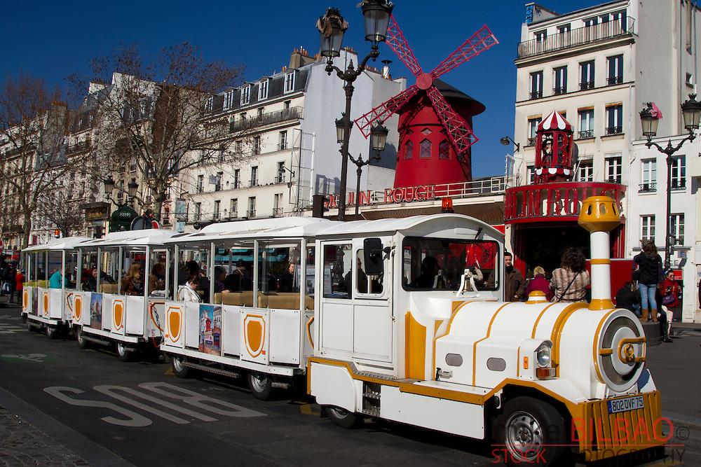 """cabaret """"Moulin Rouge"""" and tourist Petit train. Pigalle. Montmartre. Paris, Francia"""