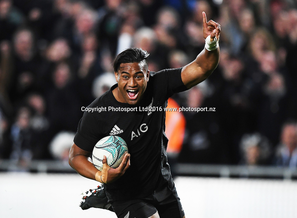 Julian Savea celebrates his try.<br /> New Zealand All Blacks v Australia Wallabies. Bledisloe Cup rugby union test match. Eden Park, Auckland, New Zealand. Saturday 22 October 2016. &copy; Copyright Photo: Andrew Cornaga / www.Photosport.nz