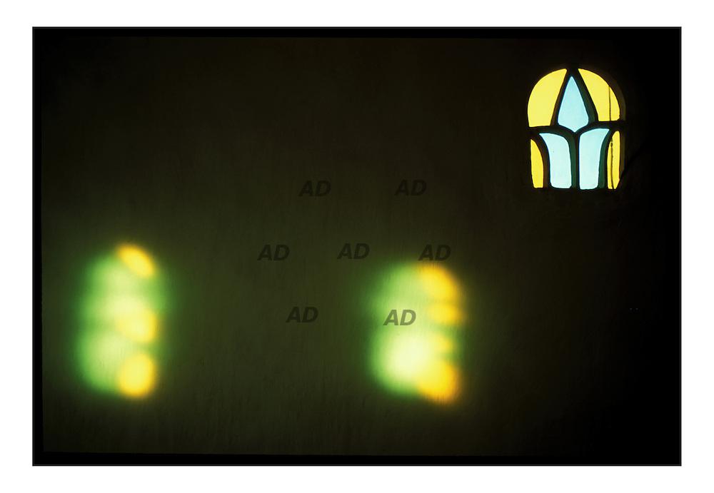 Finestre in vetro che riprendono le antiche finesre yemenite fatte in alabastro...Giochi di luce.