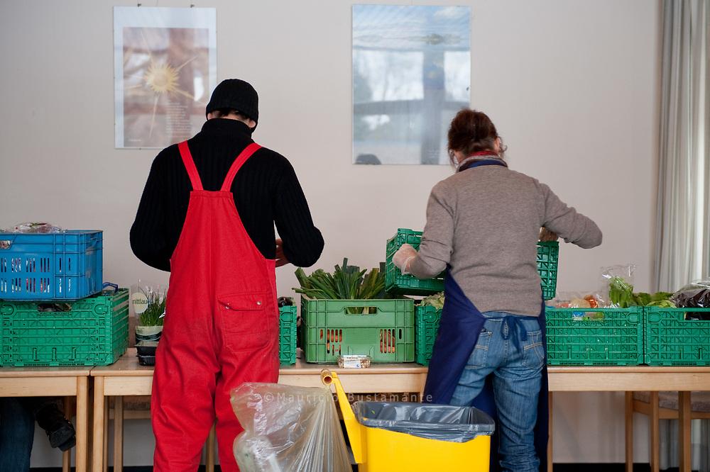 Die Wilhelmsburger Tafel erh&auml;lt von Superm&auml;rkten und L&auml;den Lebensmittel als Spende und gibt diese an Menschen mit geringem Einkommen weiter<br /> Als Voraussetzung f&uuml;r den Bezug sollten Sie bed&uuml;rftig sein und aus Wilhelmsburg kommen.<br /> Die Wilhelmsburger Tafel ist ein Projekt,  das durch eine Vielzahl von Ehrenamtlichen Helfern unterst&uuml;tzt wird.