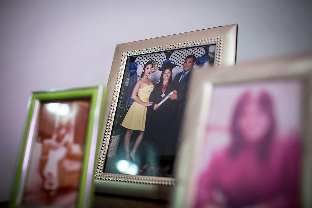 Retrato de Zarevitz Camacho junto a su madre y padrastro antes de sufrir una amputación bilateral de miembros inferiores. Caracas, 08 de mayo de 2014. (Foto/Ivan Gonzalez)