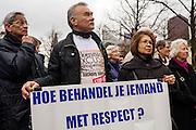 """Indo's lopen een stille tocht in Den Haag om aandacht te vragen voor de """"Indische Kwestie"""". Al 67 jaar wacht de Indische gemeenschap op erkenning en genoegdoening voor wat er gebeurd is tijdens de Tweede Wereldoorlog in het toenmalig Nederlands-Indië en de aansluitende Bersiap periode."""