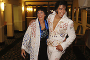 USA Nordamerika Memphis Tennessee Images of the King Contest ..About 70 international Elvis Presley  inpersonators perform 5 nights at the annual Images of the King Contest in Memphis Tennessee the audience is mostly female Kjell Bjornestad (Norway) mingles with his fans..Elvis Presley  Wettbewerb 2006 jedes Jahr im August singen ca  70 internationale Elvis Interpreten 5 Tage lang in Memphis um die Wette Das Publikum besteht vorwiegend aus Frauen Der norwegische Teilnehmer Kjell Bjornestad stellt sich den Fans.