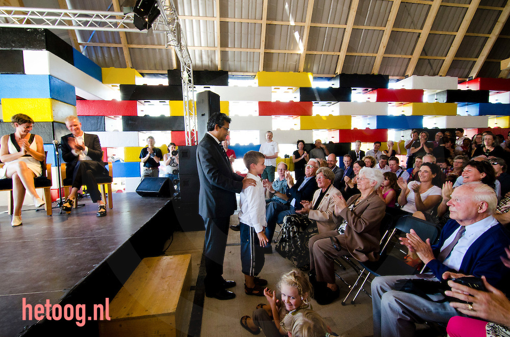 netherlands, Enschede, 30sept2011 Mark and Jet got married in the legochurch / Abondantus Gigantus buildt by Filip Jonker and Michiel de Wit  in the centre of Enschede / the Netherlands. The people of Enschede started an petition because they wanted the temporarily church to be there permanent. ©Cees Elzenga/Hollandse-Hoogte