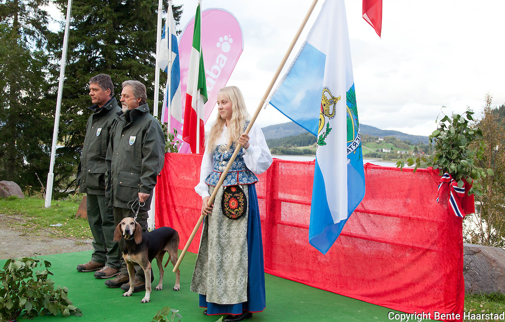 Fausto Gasperoni from San Marino with the dog Nila, who is a segugio italiano, and team leader Gianfranco Biordi. The dog Nila was to become nr. 4 in the FCI Europa Cup for hunting hounds 2011.