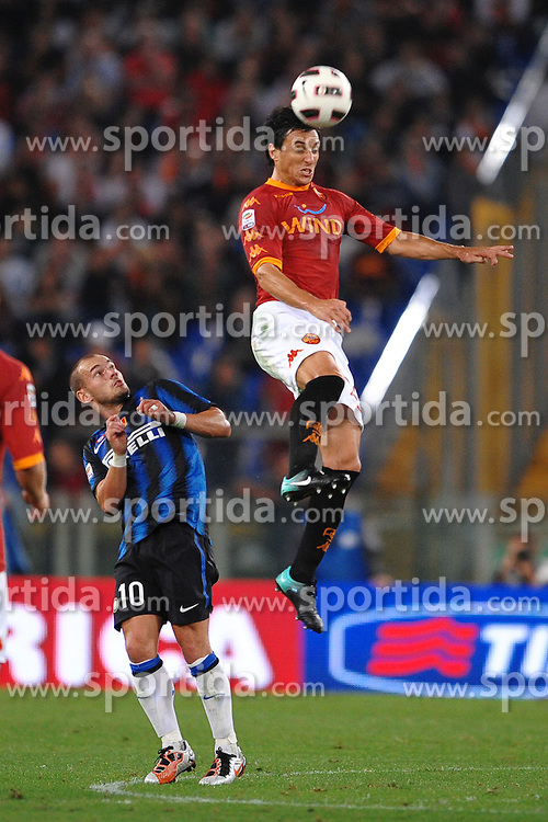 25.09.2010, Stadio Olim, Roma, ITA, Serie A, AS Rom vs Inter Mailand, im Bild Nicolas BURDISSO Roma e Wesley SNEIJDER.EXPA Pictures © 2010, PhotoCredit: EXPA/ InsideFoto/ Andrea Staccioli +++++ ATTENTION - FOR AUSTRIA AND SLOVENIA CLIENT ONLY +++++... / SPORTIDA PHOTO AGENCY
