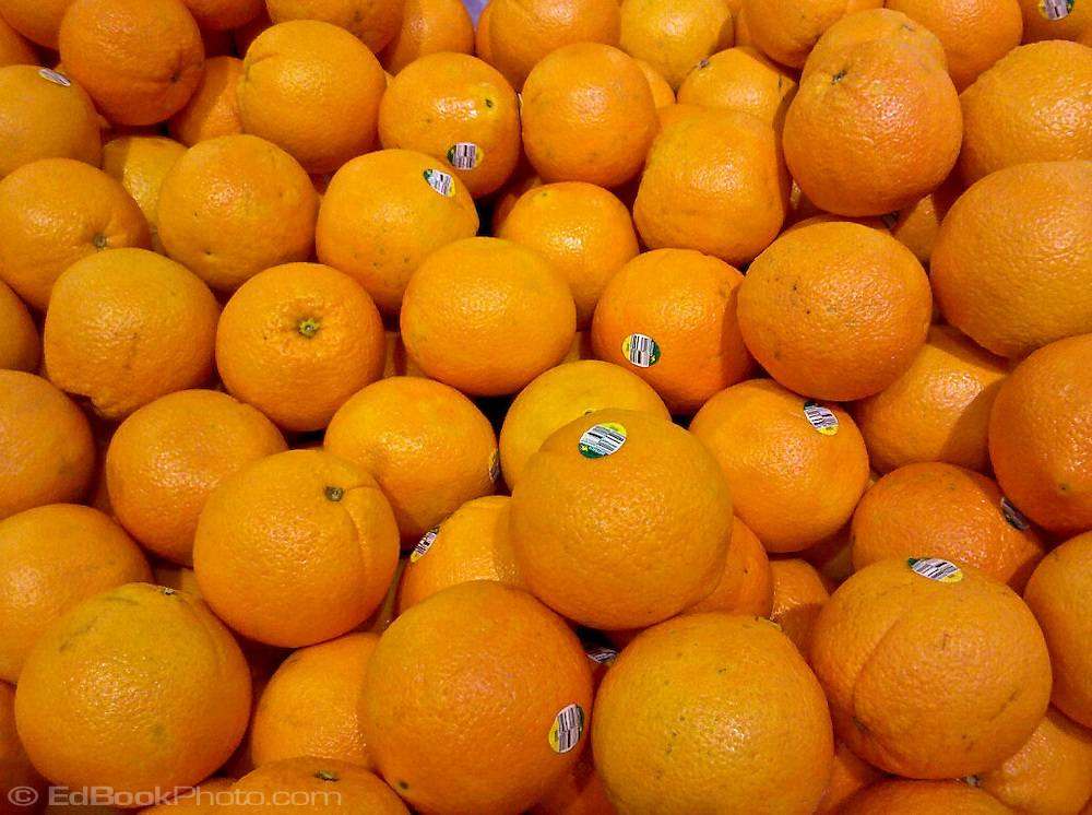 oranges for sale in a grocery store