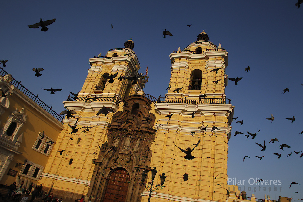 Doves fly in front of the San Francisco church in central Lima. (Photo Pilar Olivares)