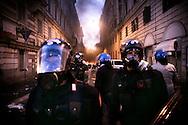 ROMA. FORZE DELL'ORDINE PRESIDIANO UNA STRADA NEL CENTRO DI ROMA DATA ALLE FIAMME DA UN GRUPPO DI BLACK BLOCK;