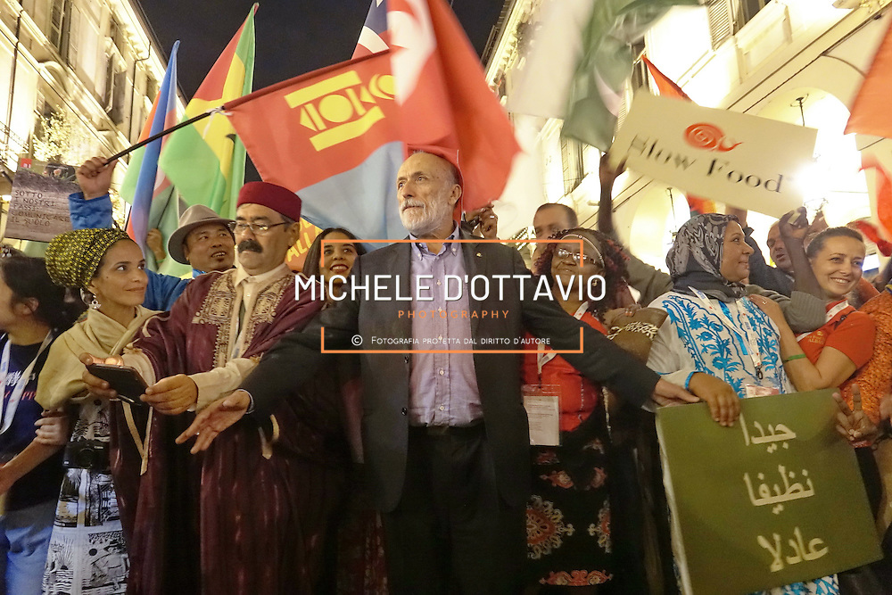 Carlin Petrini a Terra Madre Parade 2016. Cinquemila persone arrivate da quasi tutti i Paesi del mondo hanno sfilato per le strade di Torino, in occasione della parata che ufficialmente inaugura Terra Madre. Torino 23 novembre 2016.