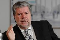 08 JAN 2007, BERLIN/GERMANY:<br /> Kurt Beck, SPD Parteivorsitzender und Ministerpraesident Rheinland-Pfalz, waehrend einem Interview, in seinem Buero, Willy-Brandt-Haus<br /> Kurt Beck, Party Leader of the Social Demicratic Party, during an interview, in his office, Willy-Brandt-Haus<br /> IMAGE: 20070108-01-017<br /> KEYWORDS: Ministerpr&auml;sident