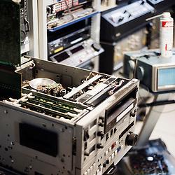 Capture numerique des bandes : il est parfois necessaire de demonter certains magnetoscopes pour regler precisement le mode de lecture, tant certaines bandes peuvent etre abimees. Visite de l'Institut National de l'Audiovisuel (INA). Bry-Sur-Marne, France. 7 janvier 2010. Photo : Antoine Doyen pour Challenges. Tous droits reserves.