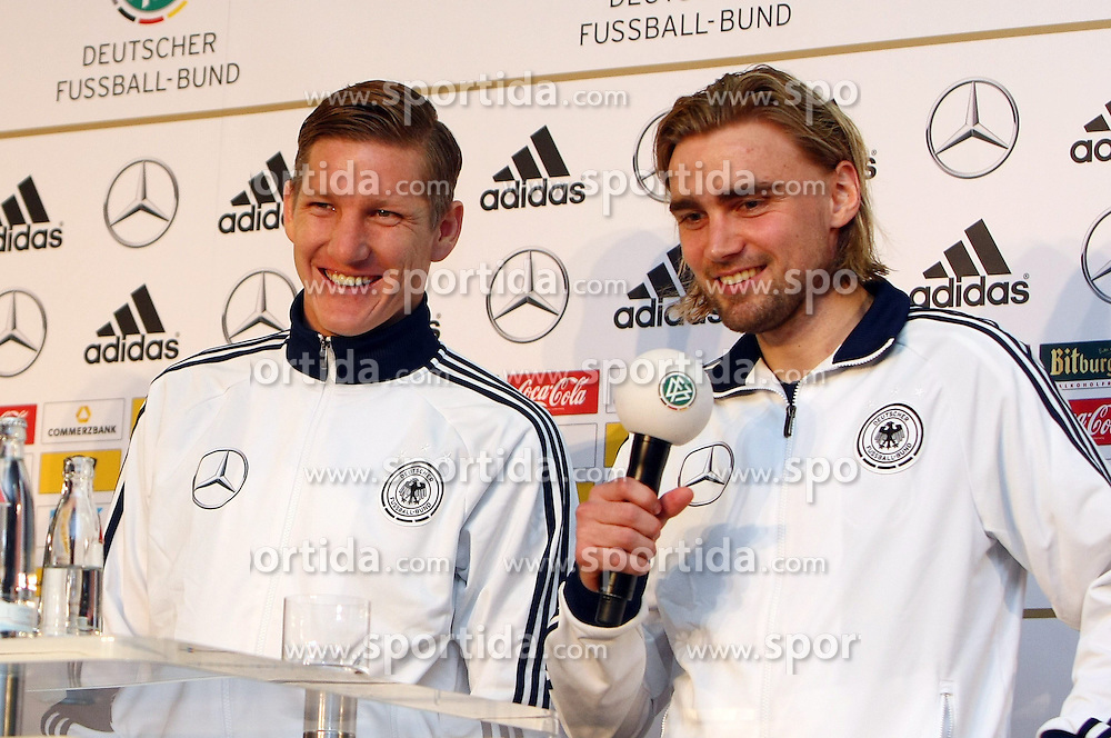 20.03.2013, Kleine Kampfbahn, Frankfurt, GER, FIFA WM Qualifikation, DFB Pressekonferenz, im Bild Bastian Schweinsteiger u. Marcel Schmelzer gutgelaunt // during an press conference of German Footballteam DFB // before the FIFA World Cup Qualifier at the Kleine Kampfbahn, Frankfurt, Germany on 2013/03/20. EXPA Pictures © 2013, PhotoCredit: EXPA/ Eibner/ Bildpressehaus..***** ATTENTION - OUT OF GER *****