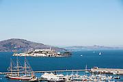 In de Baai van San Francisco ligt het eiland Alcatraz, beroemd als voormalig gevangenis. De Amerikaanse stad San Francisco aan de westkust is een van de grootste steden in Amerika en kenmerkt zich door de steile heuvels in de stad.<br /> <br /> View at the famous former prison island Alcatraz in the San Francisco Bay. The US city of San Francisco on the west coast is one of the largest cities in America and is characterized by the steep hills in the city.