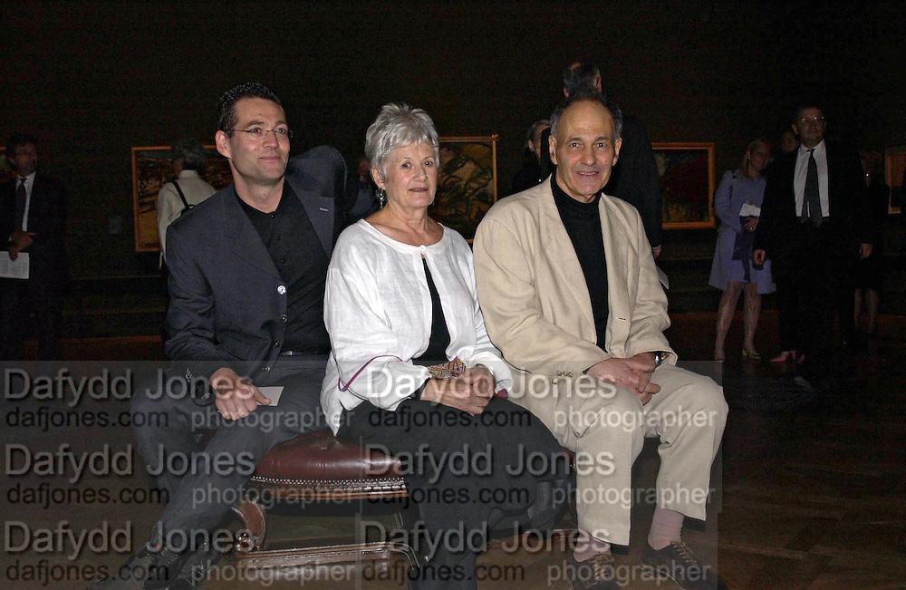 Jake Auerbach, Julia Auerbach and Frank Auerbach. Frank Auerbach opening. Royal Academy. 10 September 2001. © Copyright Photograph by Dafydd Jones 66 Stockwell Park Rd. London SW9 0DA Tel 020 7733 0108 www.dafjones.com
