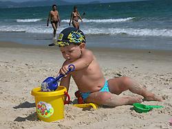Florianopolis, SC, Brasil.        2004.Crianca brincando na praia./ Child playing in the beach. .Foto © Adri Felden/Argosfoto