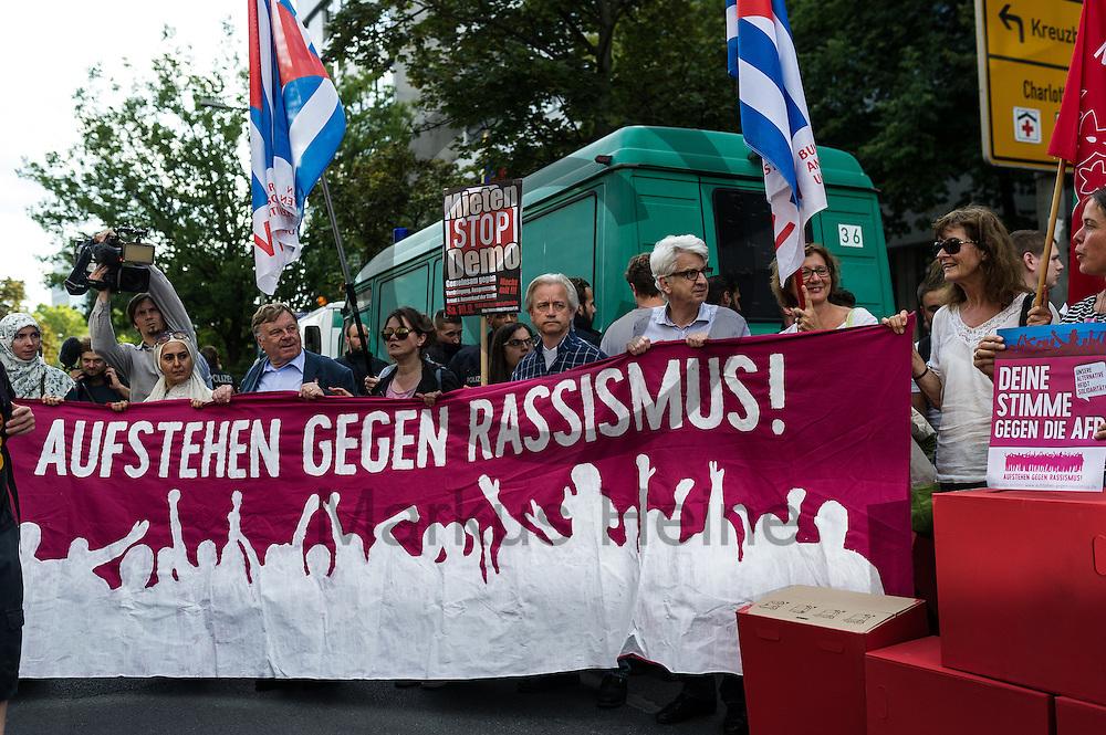 &quot;Aufstehen gegen Rassismus&quot; steht w&auml;hrend der Demonstration gegen Rassismus und AfD am 03.09.2016 in Berlin, Deutschland auf dem Fronttransparent. Mehrere Tausend Menschen demonstrierten gegen Rassismus und die pechpopulistische AfD. Foto: Markus Heine / heineimaging<br /> <br /> ------------------------------<br /> <br /> Ver&ouml;ffentlichung nur mit Fotografennennung, sowie gegen Honorar und Belegexemplar.<br /> <br /> Bankverbindung:<br /> IBAN: DE65660908000004437497<br /> BIC CODE: GENODE61BBB<br /> Badische Beamten Bank Karlsruhe<br /> <br /> USt-IdNr: DE291853306<br /> <br /> Please note:<br /> All rights reserved! Don't publish without copyright!<br /> <br /> Stand: 09.2016<br /> <br /> ------------------------------