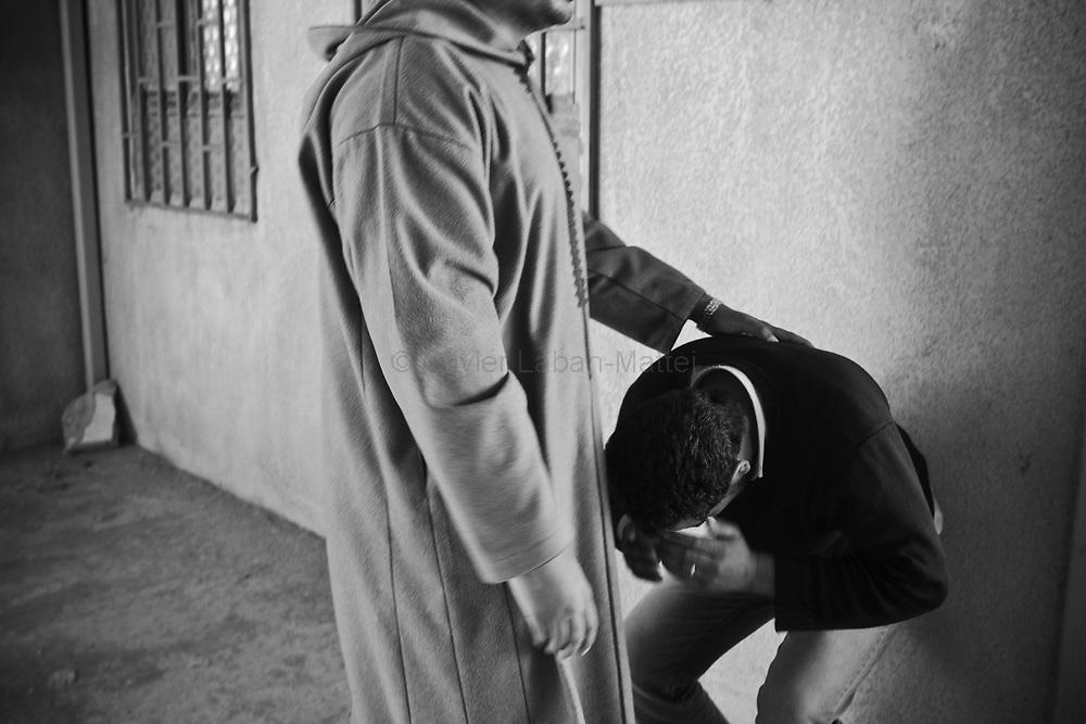 Le frère de Whalid Zidane (34 ans, chauffeur de taxi et combattant rebelle tué le 31 mars 2011 sur la ligne de front entre Aj Dabiya et Brega) pleure lors des funérailles de son frère dans la ville de Koueffia, dans la banlieue de Benghasi.