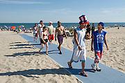 Fourth of July..Rockaway Beach, Queens, New York, USA..Rockaway is making a comeback for New Yorkers who share the endless beach with the locals on weekends. Rockaway Beach is  also one of the favorite spots for surfers on the East Coast, a stretch of the beach is reserved exclusively for them. ..Deutsch: ..Der 4. Juli., amerikanischer Nationalfeiertag..Rockaway Beach, Queens, New York, USA, Nordamerika..Rockaway erlebt eine Renaissance. Urlaubsreife New Yorker teilen sich an den Sommerwochenenden den endlosen Strand mit den Einwohnern der Halbinsel im Stadtteil Queens. Auch die Surfer zieht es hierher, es ist mittlerweile einer der beliebtesten Surfstraende der Ostkueste und die Stadt hat eigens einen Abschnitt nur fuer Surfer reserviert. Die meisten Straende sind mit der Ubahn erreichbar, auch eine neue Faehre verbindet Manhattan mit Rockaway's Jacob Riis Park in 75 Minuten.