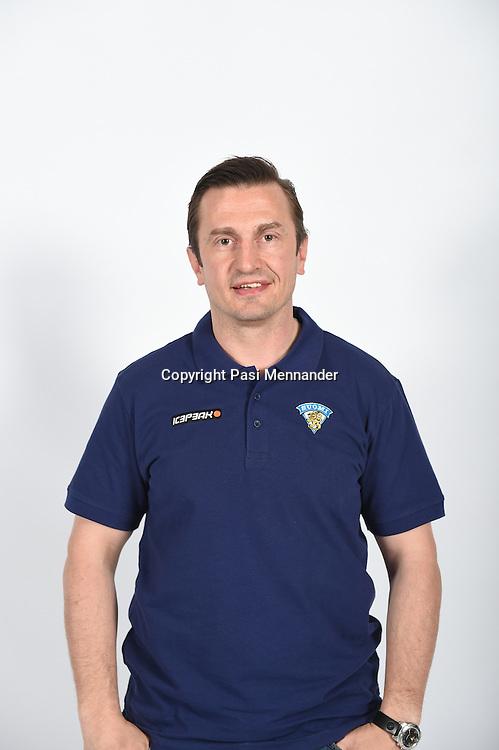 A-maajoukkueen valmennusryhmä ja uusi GM julkistettiin Hartwall Arenan Niemi Centerissä torstaina 12. kesäkuuta 2014. Ryhmän jäsenet kuvattiin Jääkiekkoliiton toimistolla ennen julkistustilaisuuden alkua.