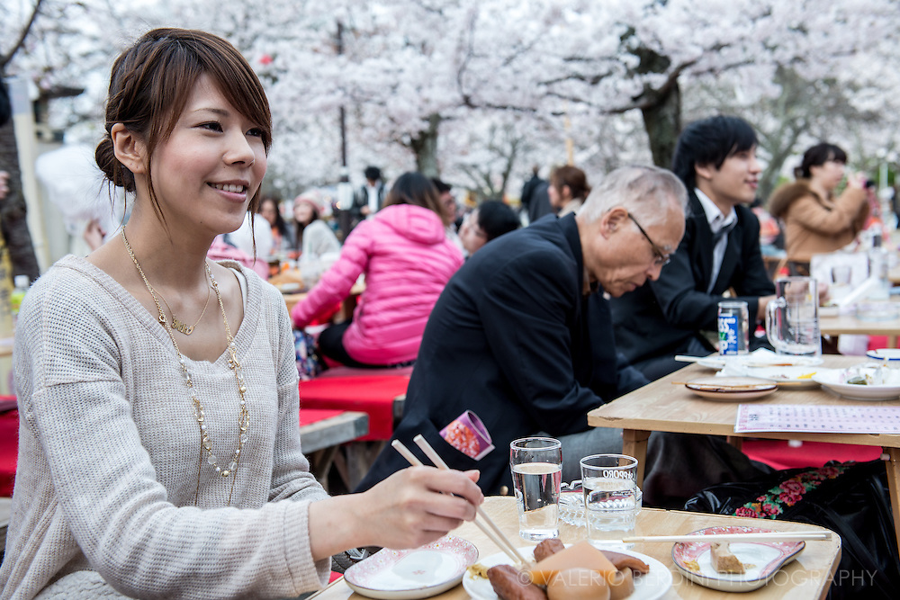 Many food stands and temporarily constructed restaurants with tables under the trees are available at Maruyama during the Cherry blossom season.