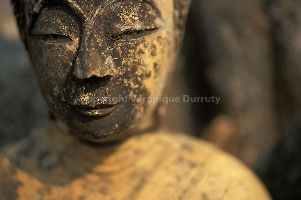 Restes de Bouddhas bombardés par les USA...Restes de Bouddhas bombardés par les USA.