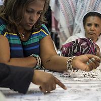 Pellegrini scelgono il loro tatuaggio, e' forte tra gli etiopi la tradiziuone del tatuaggio, in particolare durante la settimana della pasqua ortodossa