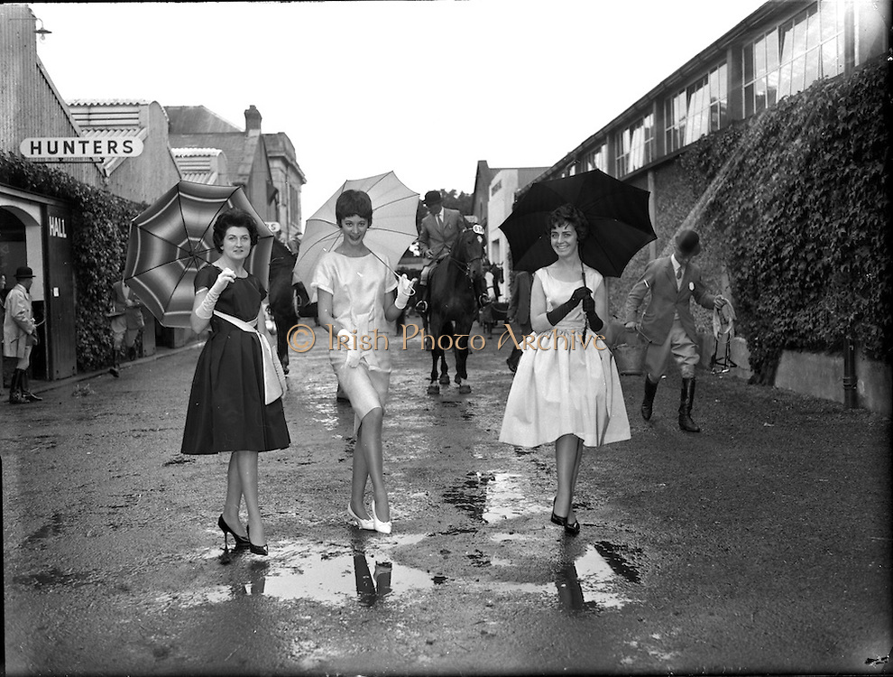 Fashion models at the Dublin Horse Show at the RHS.<br /> 08.08.1961